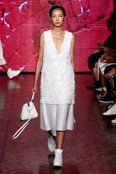 Gray Skirt「DKNY Women's - Runway - Mercedes-Benz Fashion Week Spring 2015」:写真・画像(10)[壁紙.com]