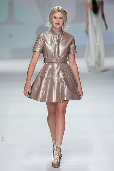 Metallic Dress「Malan Breton - Runway - September 2017 - New York Fashion Week」:写真・画像(2)[壁紙.com]