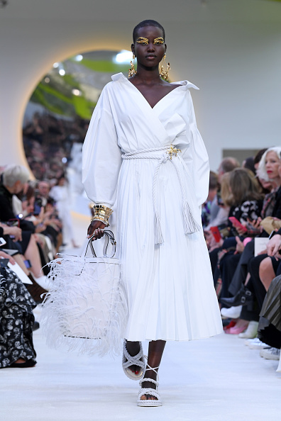ランウェイ・ステージ「Valentino : Runway - Paris Fashion Week - Womenswear Spring Summer 2020」:写真・画像(14)[壁紙.com]