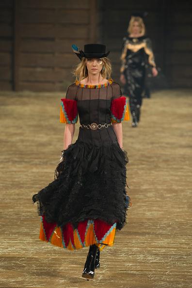 """背景に人「Chanel """"Metiers d'Art"""" Show」:写真・画像(9)[壁紙.com]"""