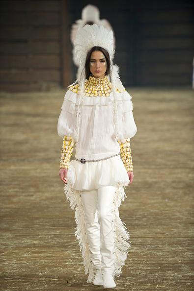"""背景に人「Chanel """"Metiers d'Art"""" Show」:写真・画像(11)[壁紙.com]"""