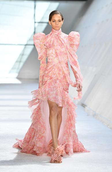 Catwalk - Stage「Giambattista Valli : Runway - Paris Fashion Week Womenswear Fall/Winter 2019/2020」:写真・画像(10)[壁紙.com]