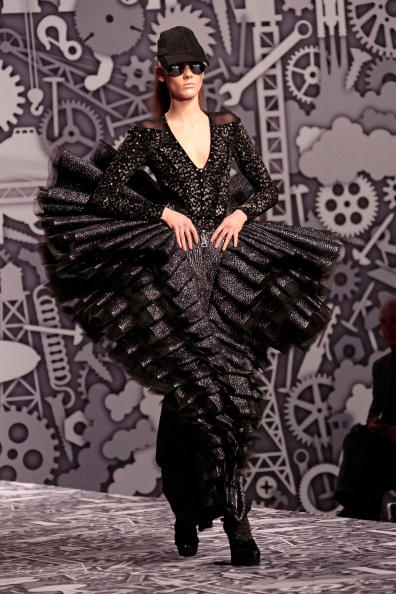 Julien M「Viktor & Rolf - PFW - Ready To Wear - Fall/Winter 2011 - Show」:写真・画像(8)[壁紙.com]