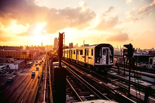 New York State「New York subway train approaching station platform in Queens」:スマホ壁紙(19)