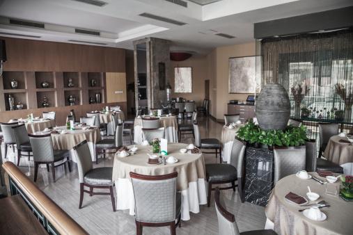 Formalwear「Dining room with elegant table settings.」:スマホ壁紙(18)