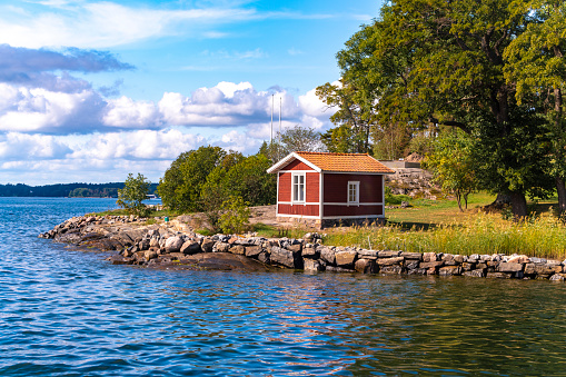 Island「Wooden hut in traditional red at the Archipelago near Stockholm, Sweden」:スマホ壁紙(10)