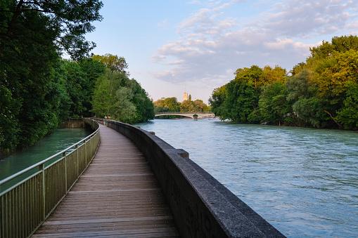 Footbridge「Germany, Upper Bavaria, Munich, Boardwalk on Isar river with Kabelsteg bridge and Deutsches Museum in background」:スマホ壁紙(16)