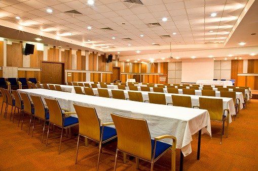 Convention Center「Empty conference room with rows of tables and chairs」:スマホ壁紙(16)