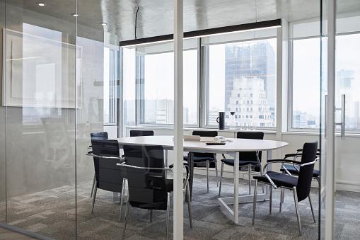 Board Room「Empty conference room against window in office」:スマホ壁紙(14)