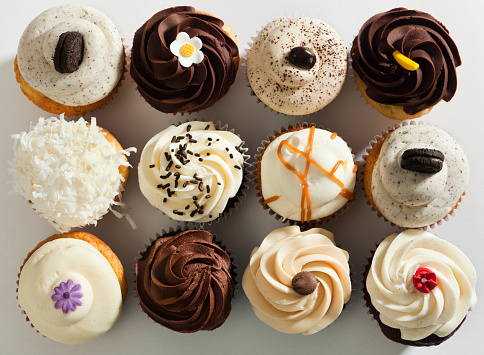In A Row「Cupcake Selection Variety with Fancy Gourmet Topping, Top Overhead View」:スマホ壁紙(8)