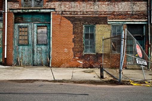 Dirty「Facade of a grungy abandoned urban warehouse」:スマホ壁紙(16)