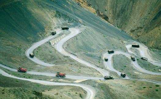 Hairpin Curve「India, Jammu Kashmire Province, trucks on mountain road, high angle」:スマホ壁紙(12)