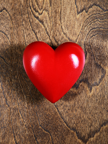 Heart「Red heart against wood background」:スマホ壁紙(14)