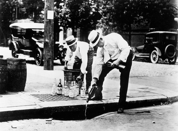 1920-1929「Pouring It Away」:写真・画像(3)[壁紙.com]