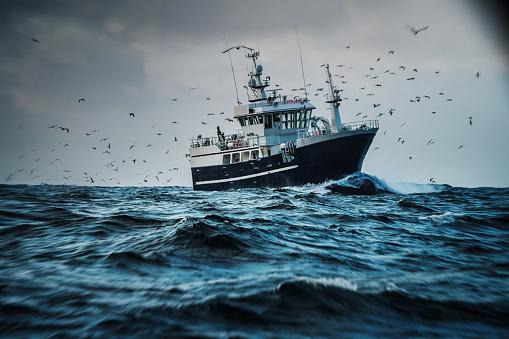 Catching「Fish boat vessel fishing in a rough sea: industrial trawler」:スマホ壁紙(18)