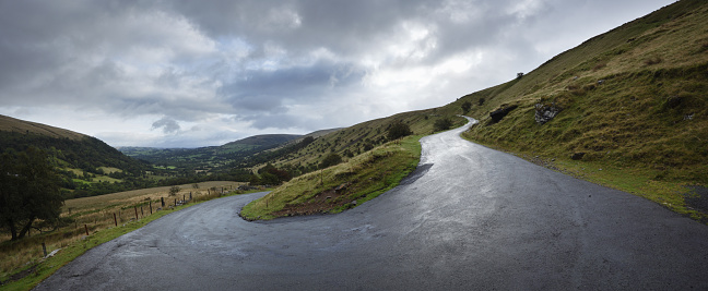 Hairpin Curve「Hairpin bend on steep road. Wet tarmac after rain shower.」:スマホ壁紙(18)