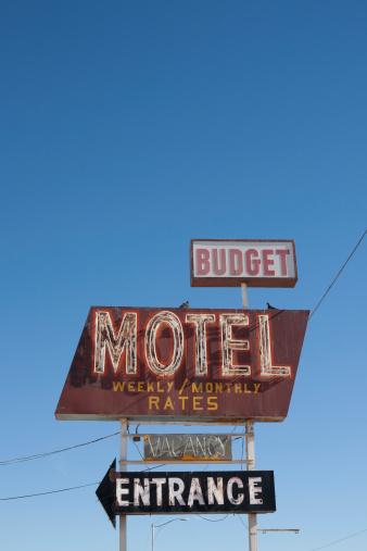Motel Sign「USA, Arizona, Winslow, Old-fashioned motel sign against blue sky」:スマホ壁紙(11)