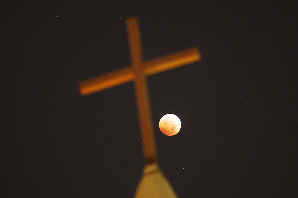 Christianity「Full Lunar Eclipse Visible As Moon Aligns Into Earth's Shadow」:写真・画像(3)[壁紙.com]