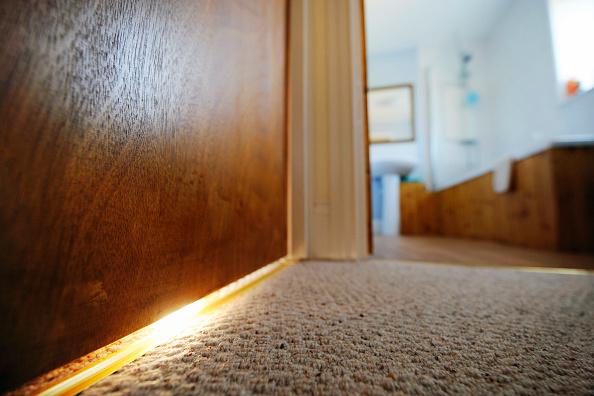 Door「Gaps under the doors helping air circulation in eco homes in Chewton Mendip, Somerset, UK」:写真・画像(6)[壁紙.com]