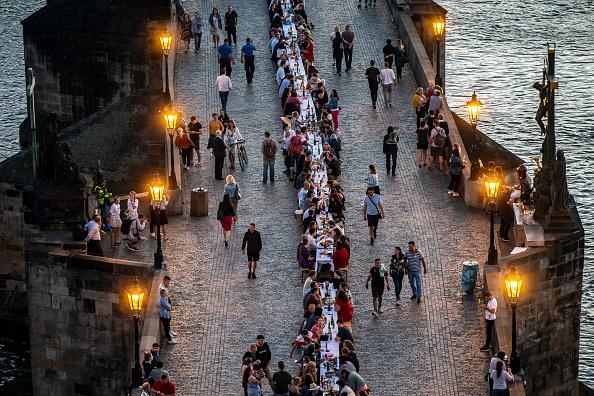 Human Interest「Prague Welcomes Summer With Al Fresco Dinner Party At Charles Bridge」:写真・画像(1)[壁紙.com]