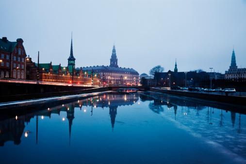 Denmark「Denmark, Copenhagen, View over canal towards Copenhagen Stock Exchange and Christiansborg Castle」:スマホ壁紙(3)