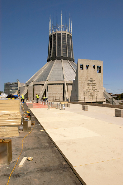 Vitality「Liverpool Science Park under construction with Liverpool Metropolitan Cathedral in the background, Liverpool, UK」:写真・画像(2)[壁紙.com]