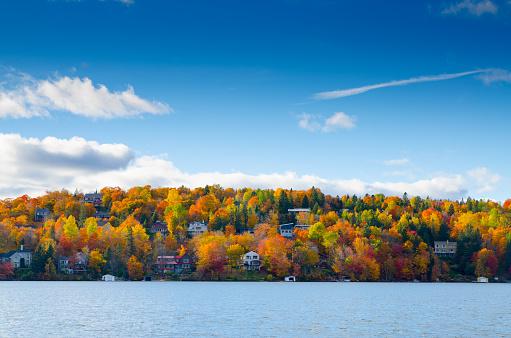 Chalet「Autumn mountain with lake」:スマホ壁紙(1)