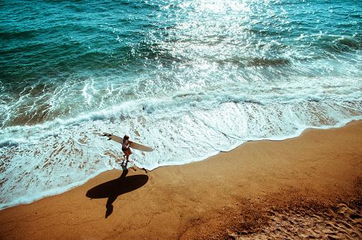 若い女性「サーファーの女の子の空中写真」:スマホ壁紙(6)