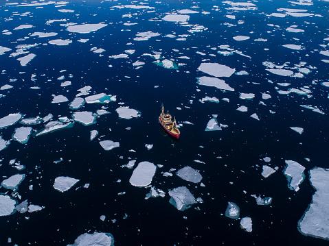 Pack Ice「Aerial view of fishing boat in waters of Arctic Ocean, Spitsbergen, Svalbard and Jan Mayen, Norway」:スマホ壁紙(3)