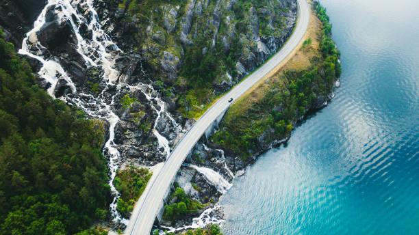 ノルウェーの車、海、滝を備えた風光明媚な山道の空中写真:スマホ壁紙(壁紙.com)