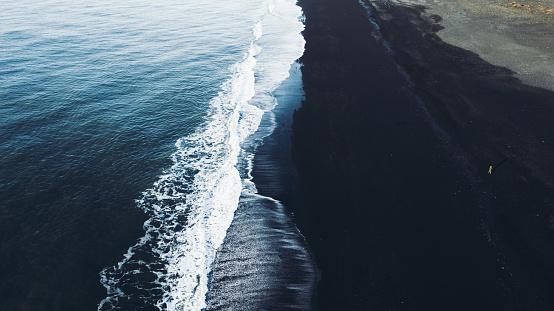 ヴィック「アイスランドの黒い砂浜を歩く観光客の航空写真」:スマホ壁紙(16)