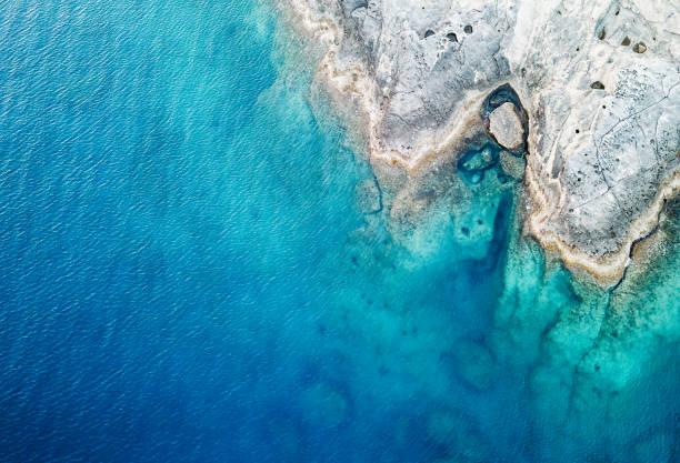 海と岩の空撮:スマホ壁紙(壁紙.com)