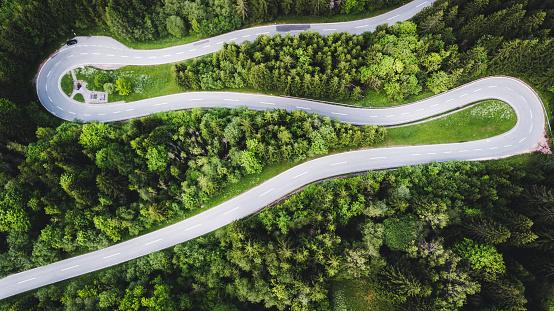 Hairpin Curve「Aerial view of curvy mountain road in Austrian Alps」:スマホ壁紙(6)