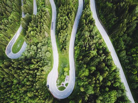 Hairpin Curve「Aerial view of curvy mountain road in Austrian Alps」:スマホ壁紙(2)
