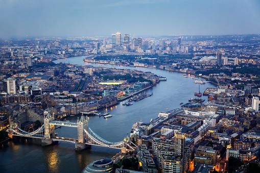 London Bridge - England「Aerial view of Tower Bridge and Canary Wharf skyline at night」:スマホ壁紙(9)
