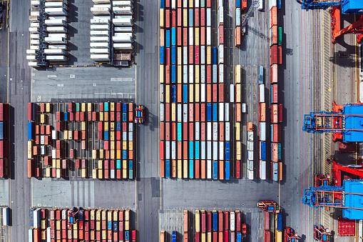 並んでいる「コンテナ港の航空写真」:スマホ壁紙(14)