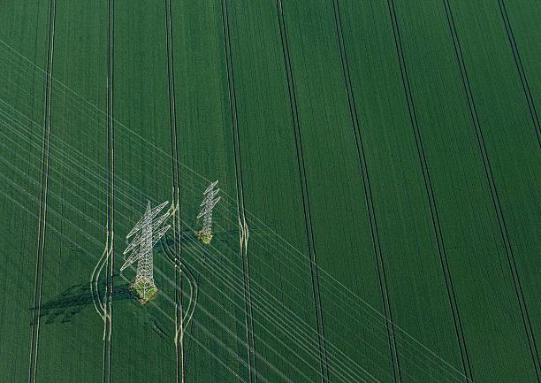 Aerial view of power poles on green field:スマホ壁紙(壁紙.com)