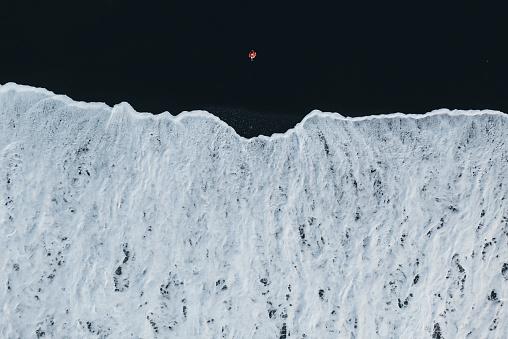 ヴィック「アイスランドの黒砂のビーチで女性の航空写真」:スマホ壁紙(2)