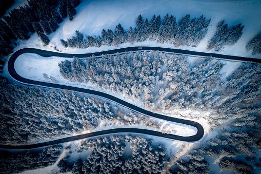 Hairpin Curve「Aerial view of winding road through mountains in winter, Salzburg, Austria」:スマホ壁紙(2)
