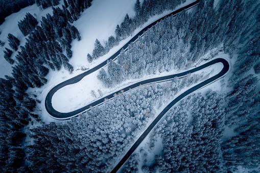 Hairpin Curve「Aerial view of winding road through mountains in winter, Salzburg, Austria」:スマホ壁紙(6)