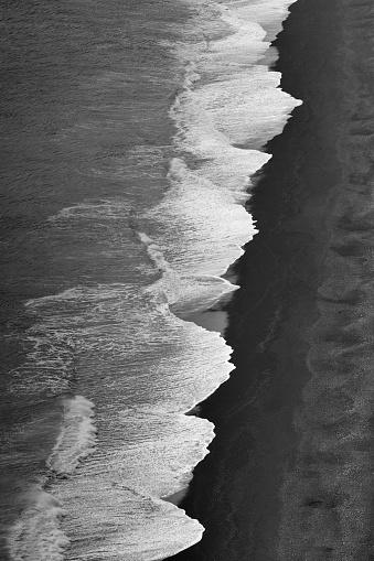 ヴィック「アイスランド、ヴィクの黒砂浜の波の航空写真」:スマホ壁紙(9)