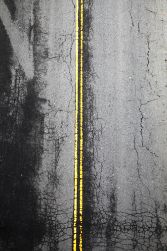Road Marking「Aerial view of a road with double yellow lines」:スマホ壁紙(18)