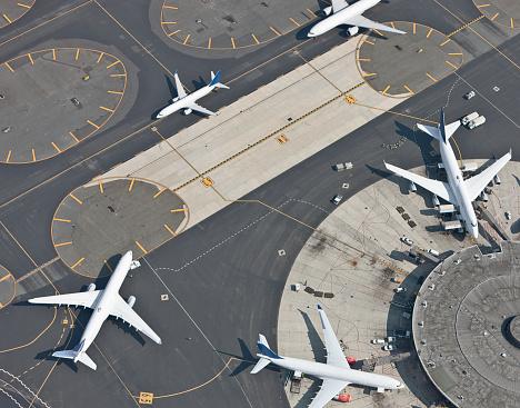 Airport Runway「Aerial view of airport and runway」:スマホ壁紙(16)