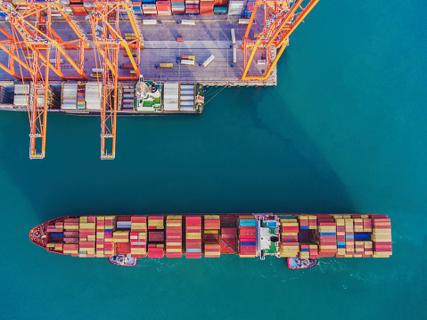 Pier「Aerial view of freight ship with cargo containers in Istanbul」:スマホ壁紙(0)
