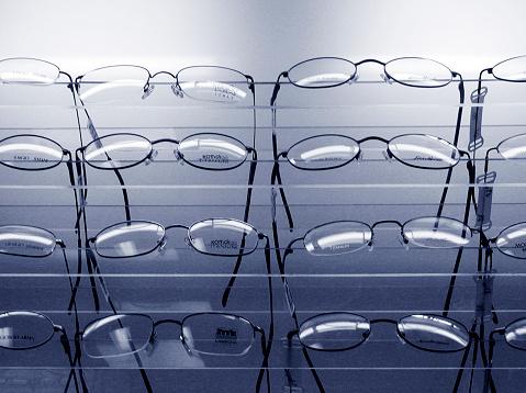 Eyeglasses「Rows of glasses on display」:スマホ壁紙(15)