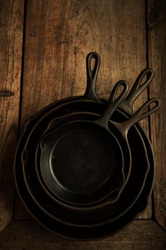 Cast Iron「Empty cast iron pans on wooden board」:スマホ壁紙(3)