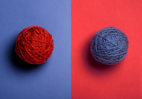 Contrasts「Red and Blue Balls of Yarn」:スマホ壁紙(15)