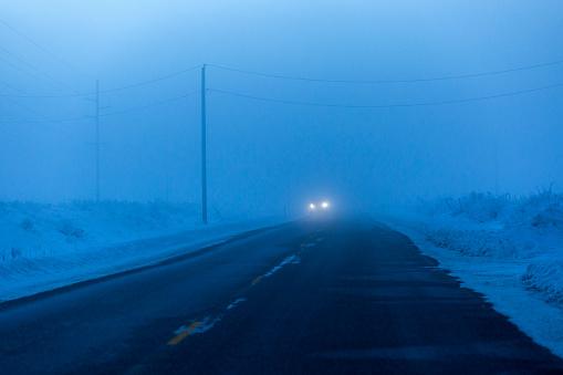 Approaching「Approaching headlights from car driving in winter」:スマホ壁紙(13)