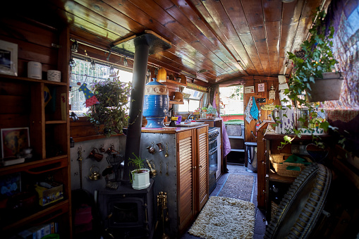 Weekend Activities「The interior of a narrow boat」:スマホ壁紙(4)
