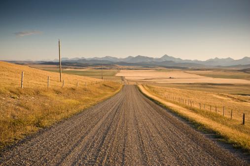アルバータ州「未舗装道路の農場」:スマホ壁紙(11)